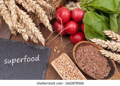 """Produits biologiques avec carton et texte: """"Superfood"""""""