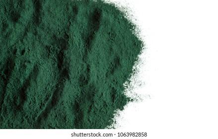Poudre de spiruline organique. La spiruline est un superaliment utilisé comme complément alimentaire source de protéines vitaminiques et de bêta-carotène