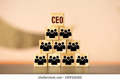 organization and team structure symbolized with cubes and a hand putting a cube with the German word for Let's Go at the top tier