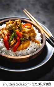 poulet oriental avec légumes, riz sur fond noir