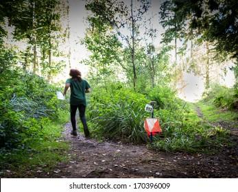 Orienteering ist eine Sportfamilie, die Navigationsfähigkeiten mithilfe von Karte und Kompass benötigt, um von Punkt zu Punkt in vielfältigem und meist unbekanntem Gelände zu navigieren, normalerweise als Rennen