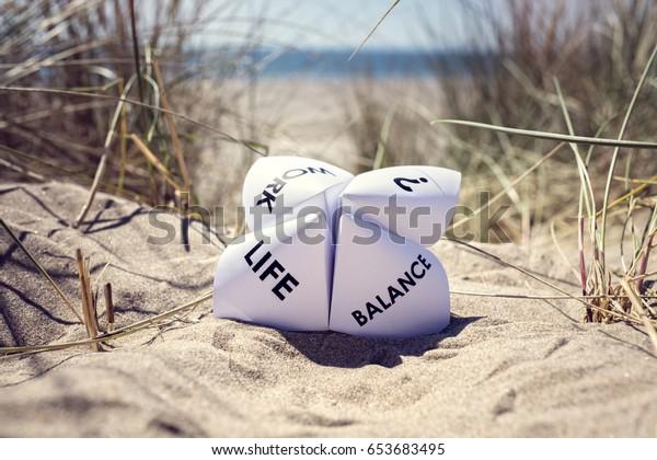 Origami-Wahrsager im Urlaub am Strand Konzept für die Vereinbarkeit von Beruf und Beruf