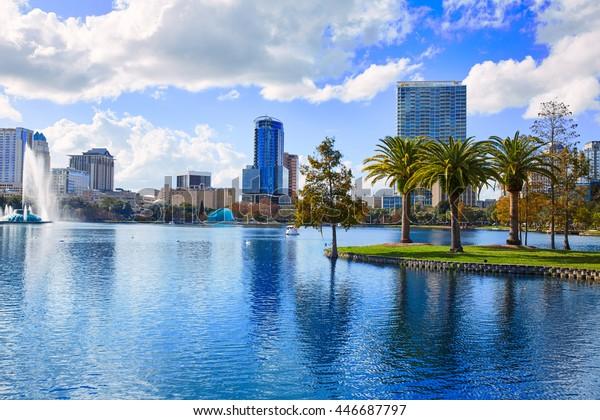 Orlando Skyline vom See Eola in Florida USA mit Palmen