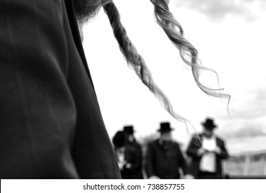 Orthodox Jewish  prays, jews, judaism, hasidim, BW