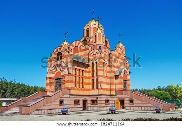 orthodox-red-brick-church-gilded-600w-18