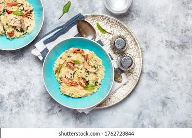 Orzo pasta ala risotto mit King Shrimps, sonnengetrockneten Tomaten und Spinat