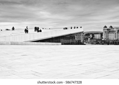OSLO, NORWAY - AUGUST 28: people on the roof of the Oslo Opera House on August 28, 2016 in Oslo, Norway. Oslo Opera House is the home of The Norwegian National Opera and Ballet.