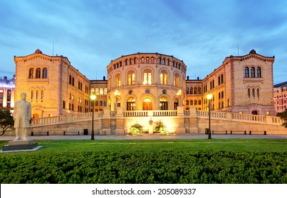 Oslo parliament - panorama at night