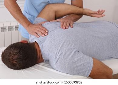 Osteopathie/Chiropraktische Behandlung, Rückenschmerzlinderung. Physiotherapie für männliche Patienten, Wiederherstellung der Sportverletzung