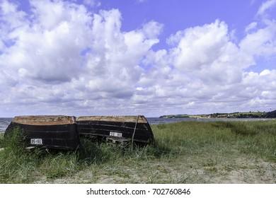 Am Ostsee Strand von Rügen! zwei Fischer Boote liegen im Vordergrund!