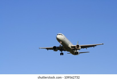 OTTAWA, CANADA - AUGUST 3: An Air Canada Airbus A321-211 approach landing on August 3, 2012 in Ottawa, Ontario. Over 5,000 Airbus A321 commercial passenger jets have been built since 1984.