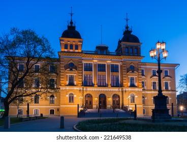 Oulu city hall at night.