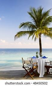 Outdoor Beach Restaurant im tropischen Resort. Platz für Text.