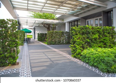 Freier leerer Korridor mit Garten im modernen Bürogebäude.