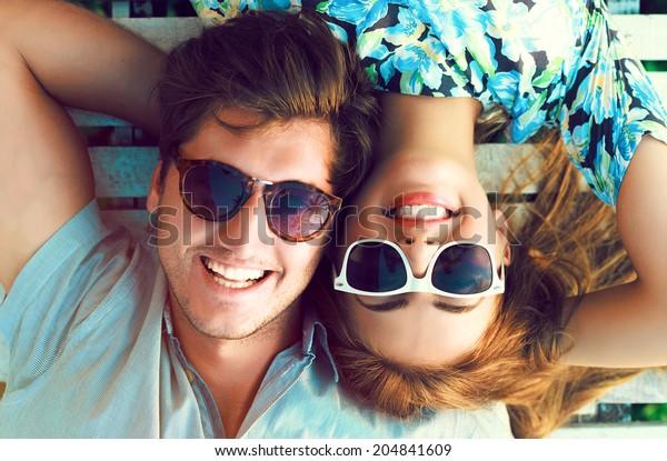 楽しい恋愛をしている幸せな笑顔の夫婦のアウトドアファッションのポートレートは、愛とロマンチックなデートを楽しむ。