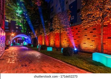Fiesta al aire libre con iluminación nocturna. Iluminación paisajística en el patio trasero