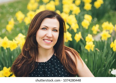Outdoor portrait of beautiful woman posing in spring park