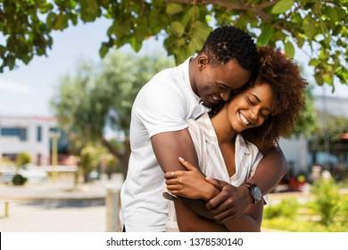Außenprotrait eines schwarz-afrikanischen Ehepaares, das einander umschließt