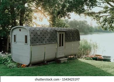 Sauna im Freien in der Nähe des Sees