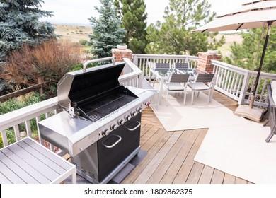 Grillades à gaz en plein air sur le patio arrière d'une maison individuelle de luxe.