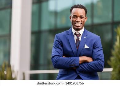Außenstehende Porträts eines schwarzen afroamerikanischen Geschäftsmannes