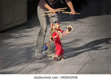 Outdoor Street Performance mit Puppet. Frauen tanzen mit ihrer Marionette.