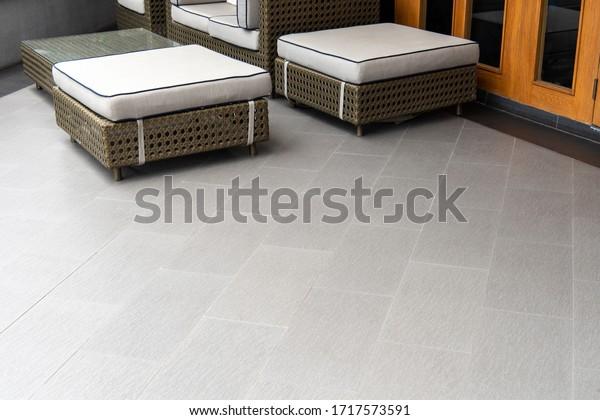 Außenterrasse mit grauem Boden und Sitzbereich