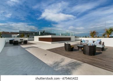 Außenterrasse auf dem Dach mit Gartenmöbeln