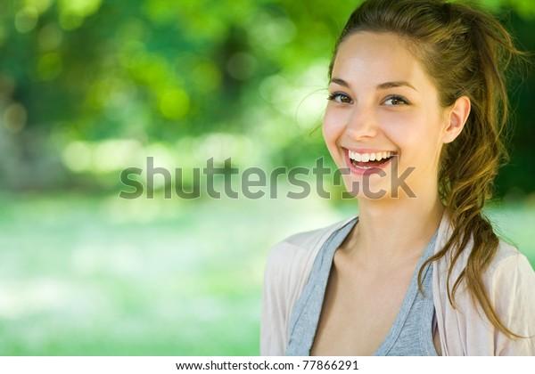 Outdoor Porträt von schönen jungen Brunette Mädchen.
