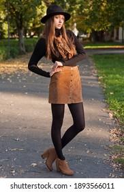 Outdoor-Porträt von einer Brunette Herbst Mode Schönheit.