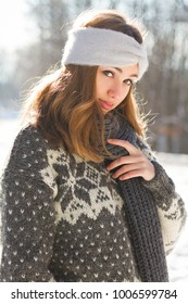 Outdoors portrait of s gorgeous brunette in winter fashion.