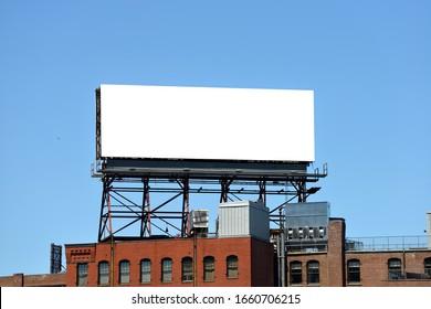 Outdor Werbung in der Stadt, Mock up. Große Plakatwand auf dem Dach des Backsteingebäudes.