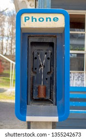 An out-of-service payphone has been equiped with older communica