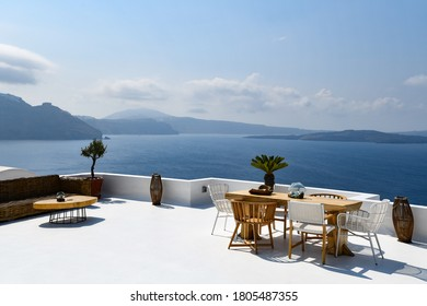 Outside table and chairs in Immerovilgi on Santorini
