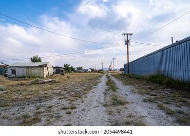 Des routes de terre surcultivées à travers l'ancienne ville en plein essor, aujourd'hui ville fantôme, de Jeffrey City Wyoming
