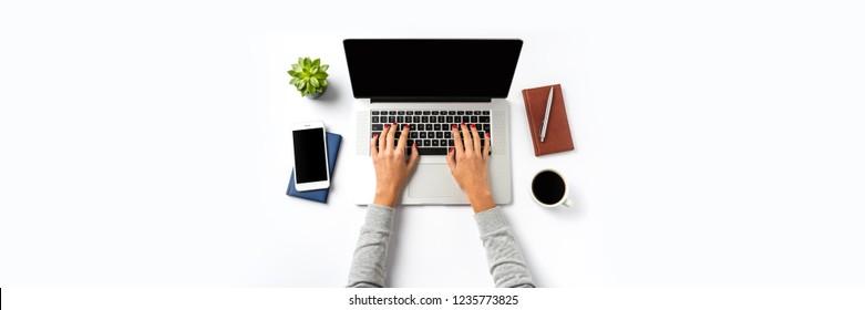 Overhead-Aufnahme von Frauen, die auf Laptop arbeiten