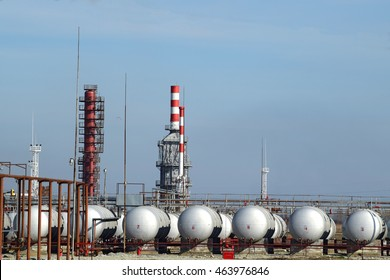 Overpass loading of oil products and fuel storage vessels. The equipment at the refinery.
