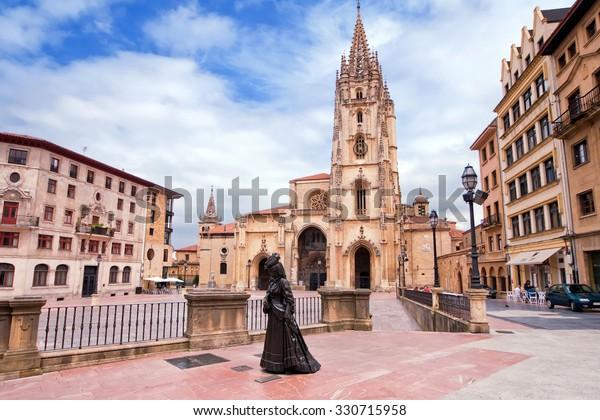 Catedral de Oviedo en la Plaza Alfonso II el Casto en Asturias. España.