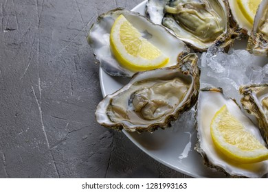Oysters with lemon and ice