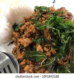 Pad kra pao : Rice topped with stir-fried pork and basil