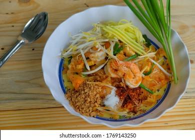 Pad thai-Nudel mit Garnelen auf Holztisch