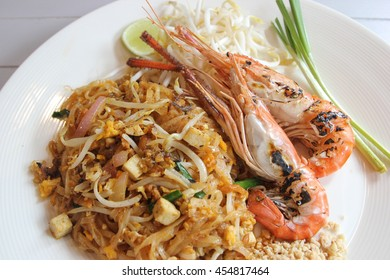 Pad thai, Thai noodles with roasted prawns and vegetables.