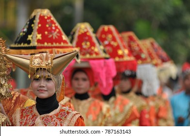 "Padang, West Sumatra, INDONESIA: October 24, 2014: Minangkabau women in traditional clothes  carrying platters of food to a "" Maarak Jamba "" Traditional ceremony at "" Pekan Budaya Sumatera Barat "" Eve"