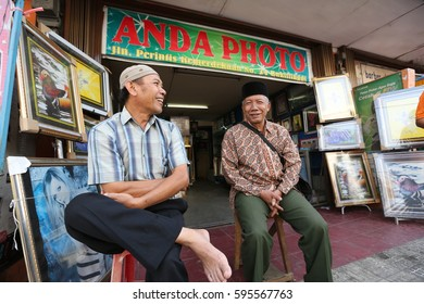 PADANG,INDONESIA - Aug 15 :Unidentified man selling Halal food to unidentified tourists on the street market on Aug 15, 2016 in Padang,Indonesia.