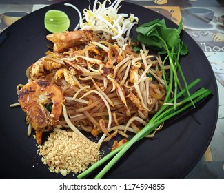 padthai kung - rice noodle with tamarind sauce and shrimp