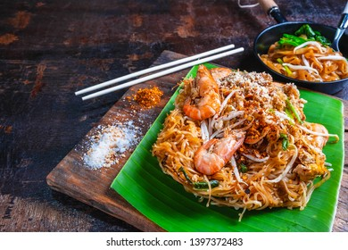 padthai noodles with shrimps and vegetables