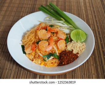 Padthai thai style noodles, Shrimps padthai, Thai Food.