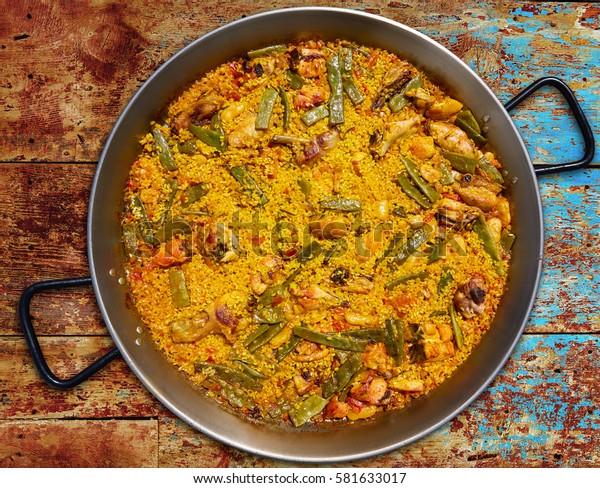 Paella de España, receta de arroz de pollo y conejo de Valencia