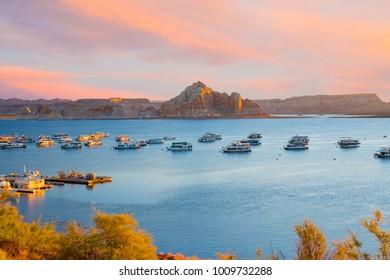 Imagenes Fotos De Stock Y Vectores Sobre Houseboat Lake