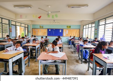 PAHANG, MALAYSIA - 25 JUN : Aborigine students from rural area in school.. Government of Malaysia give their free education and school book and personal items for encouraging them to school.